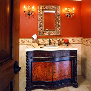 Asiatisk inredning av ett badrum, med marmorbänkskiva och röda väggar
