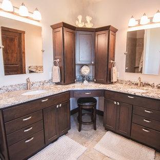 Неиссякаемый источник вдохновения для домашнего уюта: главная ванная комната среднего размера в классическом стиле с плоскими фасадами, темными деревянными фасадами, врезной раковиной, столешницей из гранита, угловым душем, унитазом-моноблоком, бежевой плиткой, бежевыми стенами, бежевым полом, душем с распашными дверями, коричневой столешницей и полом из керамической плитки