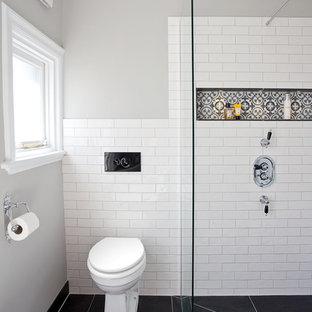 Diseño de cuarto de baño infantil, contemporáneo, de tamaño medio, sin sin inodoro, con armarios estilo shaker, puertas de armario grises, bañera exenta, sanitario de una pieza, baldosas y/o azulejos blancos, baldosas y/o azulejos de cemento, paredes grises, suelo de azulejos de cemento, lavabo encastrado, encimera de mármol, suelo multicolor y ducha abierta