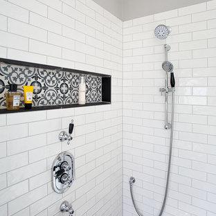 Idee per una stanza da bagno minimal di medie dimensioni con ante in stile shaker, ante grigie, vasca freestanding, zona vasca/doccia separata, WC monopezzo, piastrelle bianche, piastrelle diamantate, pareti grigie, pavimento in cementine, lavabo da incasso, top in marmo, pavimento multicolore e doccia aperta