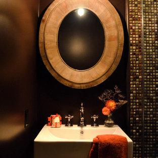 Imagen de cuarto de baño con ducha, mediterráneo, pequeño, con armarios abiertos, puertas de armario de madera oscura, ducha esquinera, sanitario de dos piezas, baldosas y/o azulejos multicolor, baldosas y/o azulejos de cerámica, paredes marrones, suelo de baldosas de porcelana, lavabo sobreencimera, suelo beige y ducha con puerta con bisagras