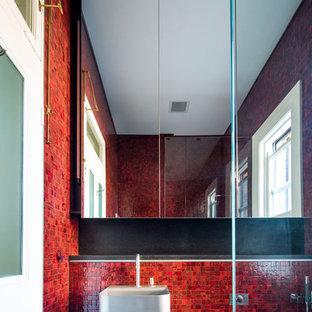 Foto di una stanza da bagno con doccia minimalista di medie dimensioni con lavabo sospeso, ante lisce, top in pietra calcarea, doccia aperta, WC sospeso, piastrelle rosse, piastrelle a mosaico, pareti bianche e pavimento in gres porcellanato