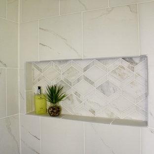 Inredning av ett eklektiskt mellanstort en-suite badrum, med ett undermonterad handfat, luckor med infälld panel, vita skåp, granitbänkskiva, en dusch i en alkov, vit kakel, porslinskakel, grå väggar och klinkergolv i porslin
