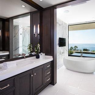 Idee per una grande stanza da bagno padronale design con ante con riquadro incassato, ante in legno bruno, vasca freestanding, piastrelle bianche, piastrelle grigie, lavabo sottopiano, piastrelle di marmo, pareti marroni, top in quarzite e pavimento bianco