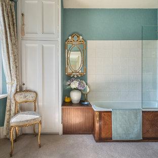 Idee per una stanza da bagno padronale vittoriana di medie dimensioni con vasca da incasso, vasca/doccia, WC a due pezzi, piastrelle bianche e piastrelle in ceramica