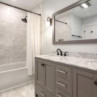 Kleines Klassisches Badezimmer En Suite mit Schrankfronten im Shaker-Stil, grauen Schränken, Badewanne in Nische, Duschbadewanne, weißen Fliesen, Metallfliesen, weißer Wandfarbe, Marmorboden, Unterbauwaschbecken, Marmor-Waschbecken/Waschtisch, weißem Boden, Duschvorhang-Duschabtrennung und weißer Waschtischplatte in New Orleans