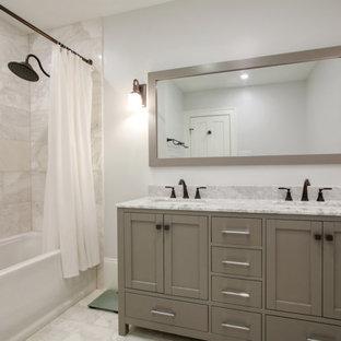 ニューオリンズの小さいトラディショナルスタイルのおしゃれなマスターバスルーム (シェーカースタイル扉のキャビネット、グレーのキャビネット、アルコーブ型浴槽、シャワー付き浴槽、白いタイル、メタルタイル、白い壁、大理石の床、アンダーカウンター洗面器、大理石の洗面台、白い床、シャワーカーテン、白い洗面カウンター) の写真
