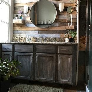 ニューオリンズの中くらいのラスティックスタイルのおしゃれなマスターバスルーム (落し込みパネル扉のキャビネット、ヴィンテージ仕上げキャビネット、一体型トイレ、マルチカラーのタイル、ミラータイル、グレーの壁、スレートの床、アンダーカウンター洗面器、御影石の洗面台、マルチカラーの床、開き戸のシャワー) の写真