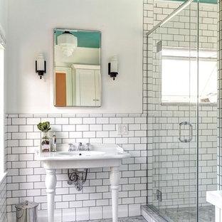 Foto di una stanza da bagno padronale vittoriana di medie dimensioni con lavabo a consolle, piastrelle bianche, piastrelle diamantate, pareti bianche e pavimento con piastrelle a mosaico