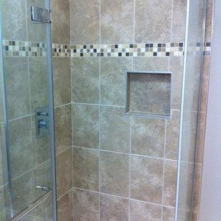 Immagine di una stanza da bagno padronale chic di medie dimensioni con ante con riquadro incassato, ante nere, vasca freestanding, doccia ad angolo, WC a due pezzi, pareti beige, pavimento con piastrelle in ceramica, top in onice, pavimento beige e porta doccia a battente