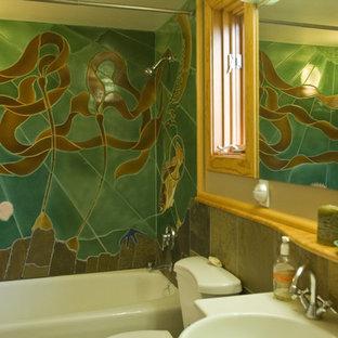 Idee per una stanza da bagno per bambini etnica di medie dimensioni con ante lisce, ante in legno chiaro, piastrelle verdi, piastrelle in ceramica, vasca ad alcova, vasca/doccia, pareti beige e lavabo a colonna