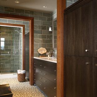 Esempio di una stanza da bagno padronale design con ante lisce, ante in legno bruno, piastrelle verdi, lavabo sottopiano, doccia alcova, pareti verdi, pavimento con piastrelle a mosaico, piastrelle in ardesia e top bianco