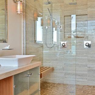 Идея дизайна: ванная комната в современном стиле с двойным душем, настольной раковиной и плиткой из известняка