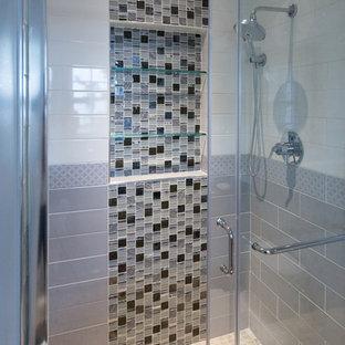 Foto de cuarto de baño principal, tradicional renovado, pequeño, con armarios con paneles lisos, puertas de armario de madera clara, encimera de granito, baldosas y/o azulejos grises y baldosas y/o azulejos de porcelana