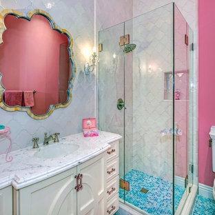 Idee per una stanza da bagno per bambini chic con ante con riquadro incassato, ante bianche, doccia ad angolo, WC a due pezzi, piastrelle bianche, pareti rosa, pavimento con piastrelle a mosaico e lavabo sottopiano