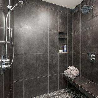 Modelo de cuarto de baño principal, moderno, de tamaño medio, con ducha a ras de suelo, baldosas y/o azulejos negros, baldosas y/o azulejos de porcelana y suelo de baldosas tipo guijarro