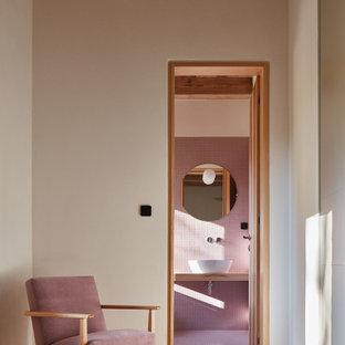 Inspiration för ett mellanstort funkis badrum, med rosa kakel, mosaik, rosa väggar, mosaikgolv och rosa golv