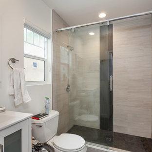 ロサンゼルスの中くらいのコンテンポラリースタイルのおしゃれなマスターバスルーム (フラットパネル扉のキャビネット、白いキャビネット、白い洗面カウンター、アルコーブ型シャワー、分離型トイレ、白いタイル、白い壁、無垢フローリング、オーバーカウンターシンク、亜鉛の洗面台、茶色い床、引戸のシャワー) の写真
