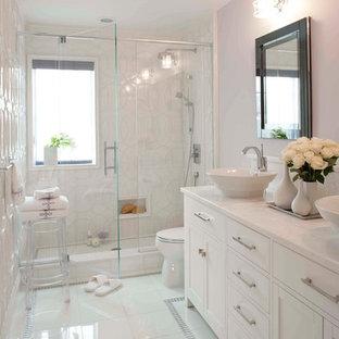 Ispirazione per una stanza da bagno chic di medie dimensioni con lavabo a bacinella, ante in stile shaker, ante bianche, doccia alcova, piastrelle bianche, top in marmo, piastrelle di vetro, pareti viola, pavimento bianco e top bianco