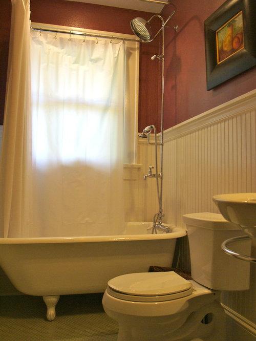 Salle de bain avec une baignoire sur pieds et un mur rouge - Salle de bain avec baignoire sur pied ...