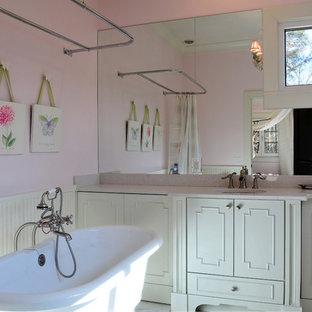 Foto di una stanza da bagno per bambini chic di medie dimensioni con lavabo sottopiano, ante di vetro, ante bianche, top in quarzo composito, vasca con piedi a zampa di leone, vasca/doccia, WC monopezzo, piastrelle bianche, piastrelle in pietra, pareti rosa e pavimento in marmo