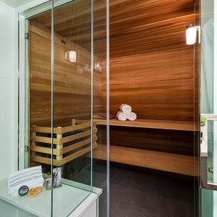 Immagine di una sauna classica di medie dimensioni con ante lisce, ante grigie, doccia ad angolo, WC monopezzo, piastrelle bianche, piastrelle in gres porcellanato, pareti bianche, parquet chiaro, lavabo sottopiano, top in quarzo composito, pavimento beige, porta doccia a battente e top bianco