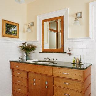 Foto di una stanza da bagno american style con lavabo sottopiano, ante in legno scuro, piastrelle bianche, pareti gialle, pavimento con piastrelle in ceramica, ante lisce, piastrelle diamantate, top in granito e top verde