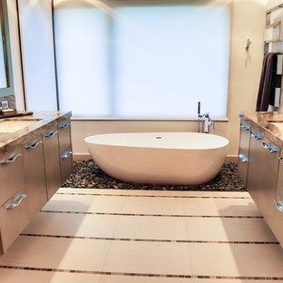Immagine di una stanza da bagno padronale stile rurale di medie dimensioni con ante lisce, ante in legno chiaro, vasca freestanding, doccia ad angolo, WC monopezzo, piastrelle beige, piastrelle marroni, pareti beige, pavimento in linoleum, lavabo sottopiano e top in laminato