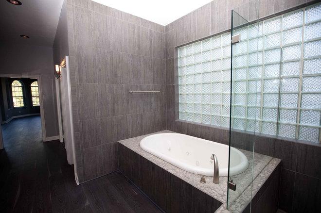 Modern Bathroom by Wise Choice Properties