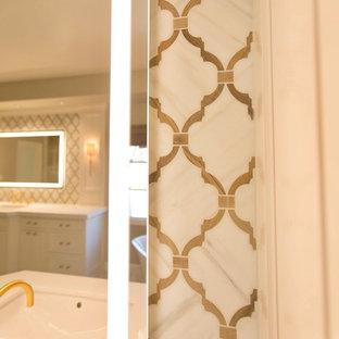 Esempio di una stanza da bagno padronale tradizionale con ante con riquadro incassato, ante bianche, vasca freestanding, doccia aperta, piastrelle bianche, piastrelle in pietra, pareti grigie, pavimento in marmo, lavabo sottopiano e top in quarzo composito