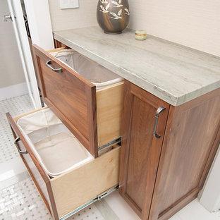 Пример оригинального дизайна интерьера: главная ванная комната среднего размера в стиле кантри с фасадами в стиле шейкер, фасадами цвета дерева среднего тона, двойным душем, унитазом-моноблоком, зеленой плиткой, мраморной плиткой, зелеными стенами, мраморным полом, врезной раковиной, столешницей из кварцита, зеленым полом, душем с распашными дверями и зеленой столешницей