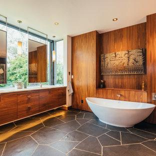 Idee per una stanza da bagno padronale moderna con ante lisce, ante in legno scuro, vasca freestanding, lavabo sottopiano, pavimento grigio, top bianco, due lavabi, mobile bagno sospeso e pareti in legno