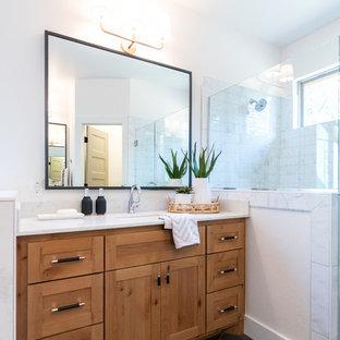 Großes Klassisches Badezimmer En Suite mit Schrankfronten im Shaker-Stil, hellbraunen Holzschränken, Eckbadewanne, Duschnische, Toilette mit Aufsatzspülkasten, weißen Fliesen, Keramikfliesen, weißer Wandfarbe, Keramikboden, Unterbauwaschbecken, Quarzit-Waschtisch, grauem Boden, Falttür-Duschabtrennung und weißer Waschtischplatte in Oklahoma City