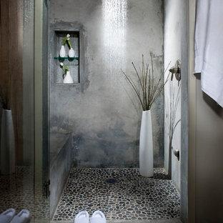 サンフランシスコのインダストリアルスタイルの浴室・バスルームの画像 (アルコーブ型シャワー、グレーのタイル、グレーの壁、玉石タイル)