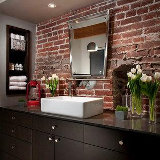Свежая идея для дизайна: ванная комната в стиле лофт с настольной раковиной, плоскими фасадами, темными деревянными фасадами и серыми стенами - отличное фото интерьера