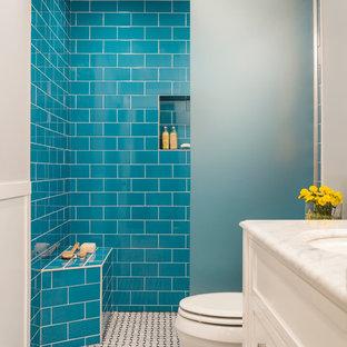 Immagine di una piccola stanza da bagno con doccia contemporanea con doccia a filo pavimento, piastrelle blu, pareti bianche e top in marmo