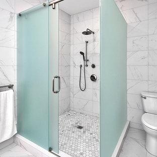 Idee per una stanza da bagno american style di medie dimensioni con ante in stile shaker, ante nere, vasca freestanding, doccia ad angolo, piastrelle bianche, pareti bianche, lavabo sottopiano, pavimento bianco e porta doccia scorrevole