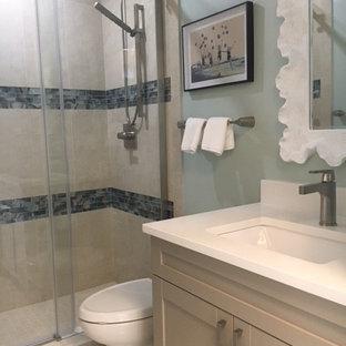 Ispirazione per una stanza da bagno con doccia stile marinaro con ante in stile shaker, doccia alcova, lavabo sottopiano, ante beige, pareti blu, top in quarzo composito, piastrelle beige, piastrelle in gres porcellanato, pavimento alla veneziana, pavimento beige e porta doccia scorrevole