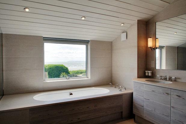 Beach Style Bathroom by Meynell Hoolahan Architects