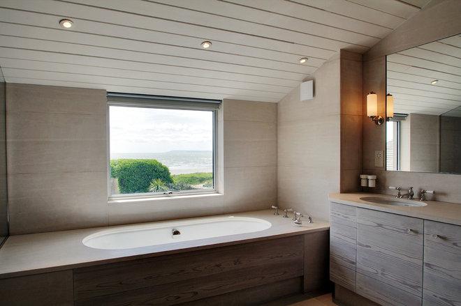 Coastal Bathroom by Meynell Hoolahan Architects