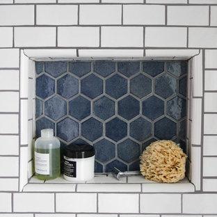 Неиссякаемый источник вдохновения для домашнего уюта: маленькая ванная комната в скандинавском стиле с синей плиткой, керамической плиткой, белыми стенами, полом из керамической плитки и синим полом