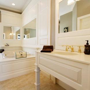 Foto de cuarto de baño principal, tradicional, de tamaño medio, con armarios abiertos, puertas de armario blancas, jacuzzi, paredes beige, suelo de travertino, lavabo integrado y encimera de cuarzo compacto