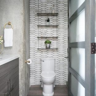 Выдающиеся фото от архитекторов и дизайнеров интерьера: маленькая ванная комната в стиле модернизм с плоскими фасадами, темными деревянными фасадами, душем в нише, унитазом-моноблоком, белой плиткой, каменной плиткой, серыми стенами, полом из керамогранита, душевой кабиной, врезной раковиной, мраморной столешницей, серым полом и душем с распашными дверями