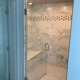 Immagine di una grande sauna minimalista con zona vasca/doccia separata, piastrelle grigie, piastrelle in ceramica, pareti grigie, pavimento con piastrelle in ceramica, pavimento grigio e porta doccia a battente