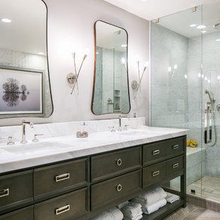 Inspiration för mellanstora klassiska en-suite badrum, med möbel-liknande, bruna skåp, ett fristående badkar, en hörndusch, en toalettstol med separat cisternkåpa, grå kakel, marmorkakel, grå väggar, klinkergolv i porslin, ett undermonterad handfat, bänkskiva i kvartsit, grått golv och dusch med gångjärnsdörr