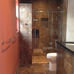 Foto di una piccola stanza da bagno padronale design con lavabo sottopiano, ante lisce, ante in legno bruno, top in quarzo composito, doccia alcova, piastrelle marroni, piastrelle in gres porcellanato, pareti arancioni e pavimento in gres porcellanato