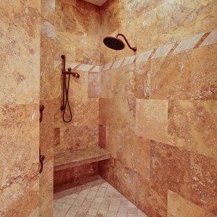Esempio di una stanza da bagno padronale mediterranea di medie dimensioni con piastrelle in pietra, pavimento in travertino e piastrelle marroni