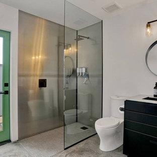Idee per una piccola stanza da bagno padronale minimalista con consolle stile comò, ante nere, doccia aperta, lavabo sottopiano, top in acciaio inossidabile e doccia aperta