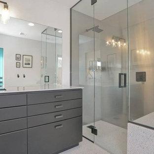 ロサンゼルスの小さいモダンスタイルのおしゃれなマスターバスルーム (家具調キャビネット、黒いキャビネット、オープン型シャワー、分離型トイレ、メタルタイル、白い壁、テラゾの床、アンダーカウンター洗面器、ステンレスの洗面台、オープンシャワー) の写真