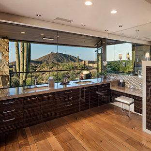 Ejemplo de cuarto de baño principal, de estilo americano, grande, con armarios con paneles lisos, suelo de madera clara, lavabo bajoencimera, puertas de armario marrones y suelo beige